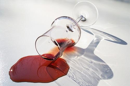 Jak usunąć plamy z kawy lub czerwonego wina?
